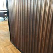 Brunerede metalvægge
