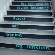 Ordsprog op ad trappen - leder automatisk energien opad - burde dog have været opsat med teksten startende ved nederste trin...