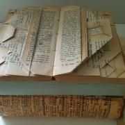 Sirlige notater i de gamle lovbøger som dekoration i mødelokalet