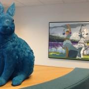 Blå kanin i lounge hos advokaterne