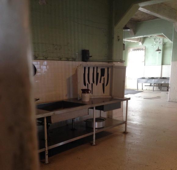 Nudge in Alcatraz - knive optegnet i skab